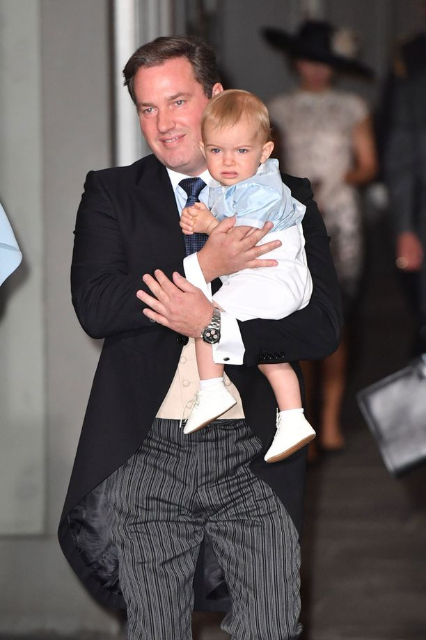 Chris O`Neill huolehti pian vuoden täyttävästä prinssi Nicolasista. Poika pysyi paikoillaan jyrsien vilkkuvaa hammasharjaa.