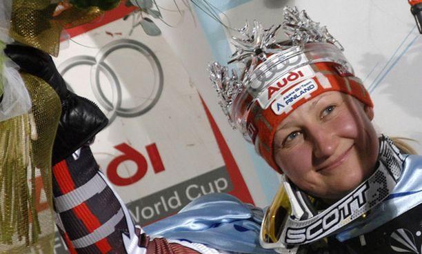 Tanja Poutiainen sai pujottelucupin voittajan kruunun päähänsä kolmen vuoden tauon jälkeen.