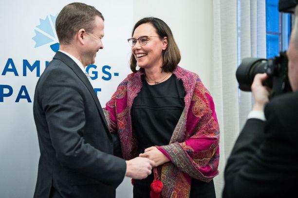 Kokoomuksen puheenjohtaja ja turkulainen Petteri Orpo onnitteli tiistaina eduskunnassa puolueen uutta ministeriä ja turkulaista Anne-Mari Virolaista.