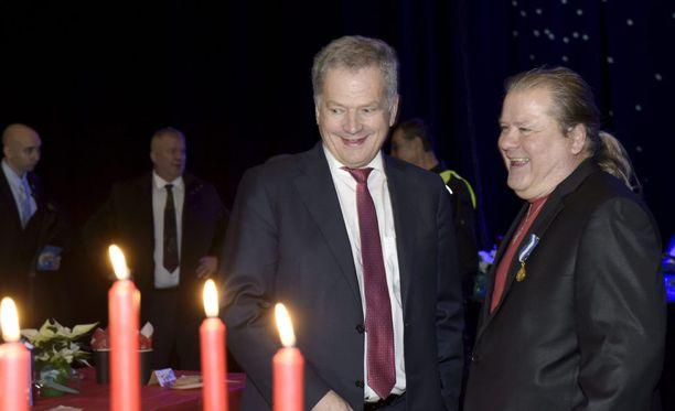 Tasavallan presidentti Sauli Niinistö ja Heikki Hursti jutustelivat ennen ateriaa.