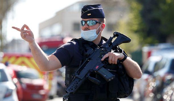 Poliisi ampui hyökkääjää, joka kuoli myöhemmin sairaalassa.