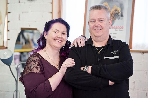 Heli ja Aki Palsanmäki tienaavat huutokauppatoiminnallaan mukavasti.