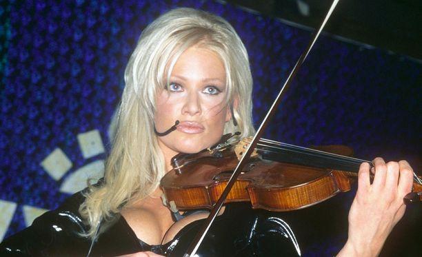 Nykyään Linda Lampenius asuu perheineen Ruotsissa. Kuva vuodelta 1998.