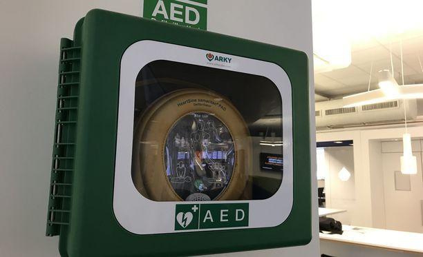 Defibrillaattori eli sydäniskuri löytyy monelta työpaikalta. Kun sitä tarvitaan, kuuntele, mitä laite neuvoo ja toimi sen mukaan. Ensiapukurssilla saat kokeilla, miten laitetta käytetään.
