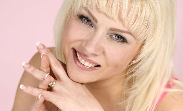 Helena Ahti-Hallbergin kesäkiireitä hidastavat loukkaantuneet nivelsiteet.