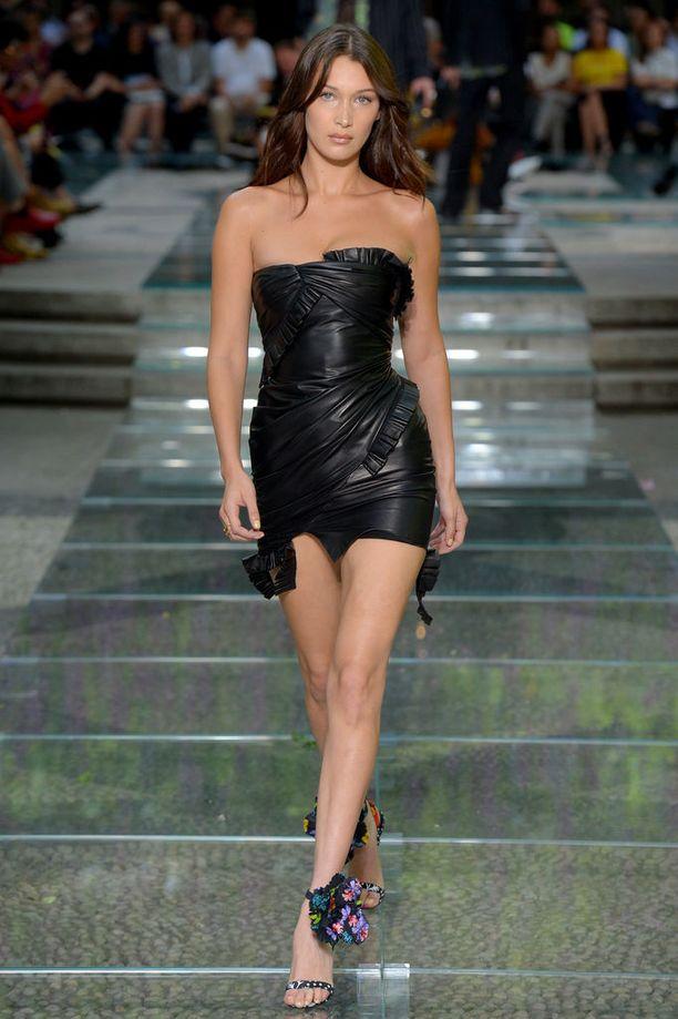 Bella Hadid esittelee Versacen minimekkoa runwaylla.