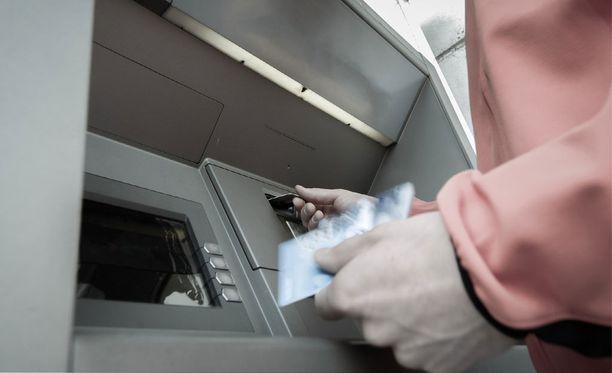 Haminassa ja Kotkassa tämän kevään aikana pankkien nostoautomaateilla asioineilta iäkkäiltä ihmisiltä on huijattu pankkikortti. Kuvituskuva.