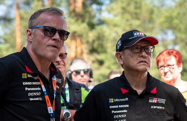 Toyotan tallipäällikkö Tommi Mäkinen ja presidentti Akio Toyoda jännittivät Ruuhimäen päätöserikoiskokeen tapahtumia pätkän maalissa.