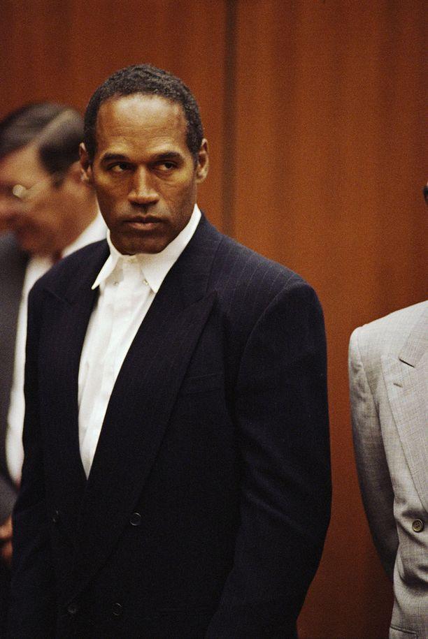 Ex-urheilija O.J. Simpson kuvattuna kesken ex-vaimonsa murhan oikeudenkäynnin.