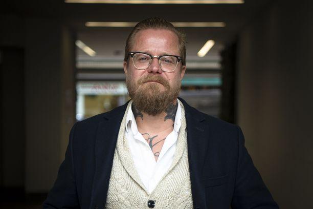 Wallu Valpio kertoo pitäneensä yhtä salarakkaansa kanssa jo pitkään, vaikka välillä on ollut muitakin suhteita.