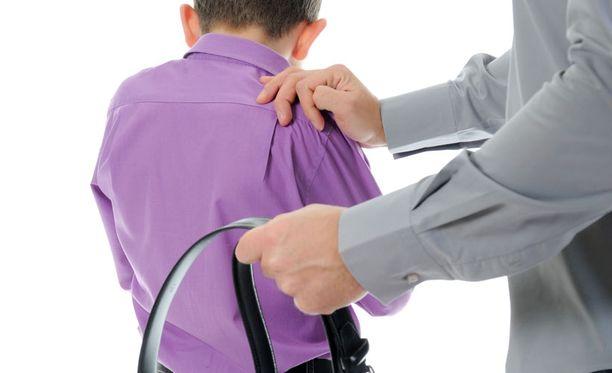 Ruumiillisen kurittamisen todettiin tutkimuksessa lisäävän etenkin geneettisesti epäsosiaaliseen käytökseen alttiiden poikien agressiivisuutta.