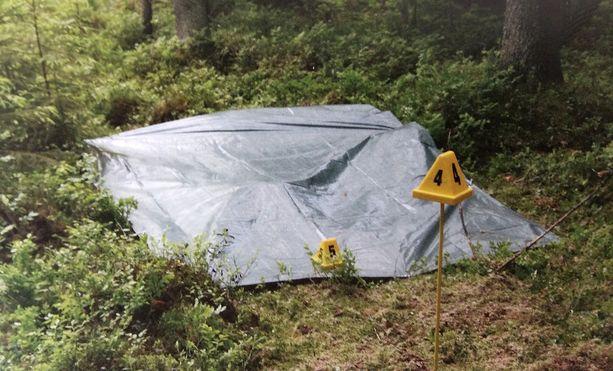 Ruumiin osat löytyivät tästä poliisin peittämästä maakuopasta.