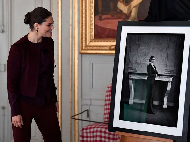 Prinsessa Victoria tarkastelee muotovalokuvaansa.