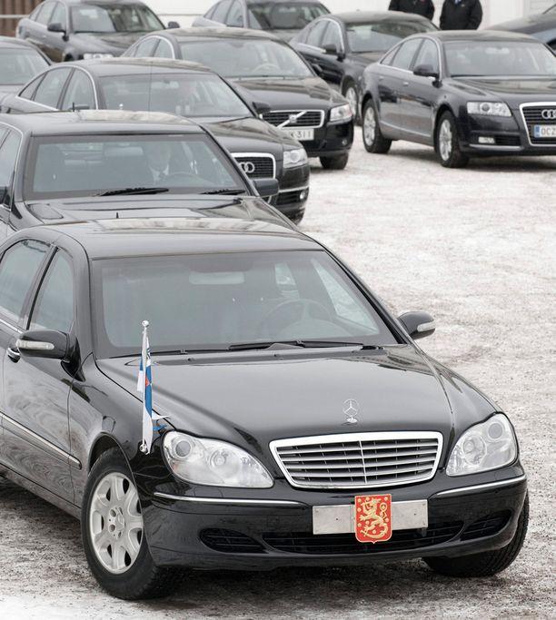 Tarja Halosen virka-auto vuonna 2009. Myös Sauli Niinistö kulkee panssaroidulla Mercedes-Benz Guardilla. Presidentti on aina virassa, eikä voi koskaan ajaa itse.