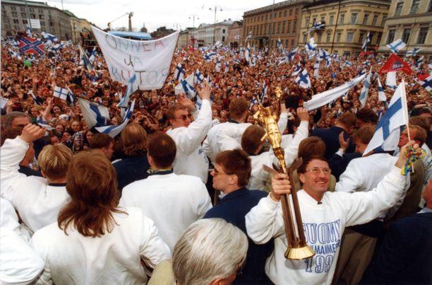 Torilla tavattiin! Maailmanmestaruutta juhlittiin ensin Tukholmassa Sergelin torilla ja Leijonien kotiinpaluun jälkeen Helsingin Kauppatorilla, jossa päävalmentaja Curt Lindström esitteli mestaruuspystiä.
