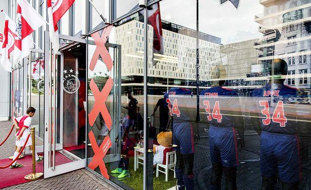 Ajax-yhteisö osoittaa tukensa Nourille monin tavoin.