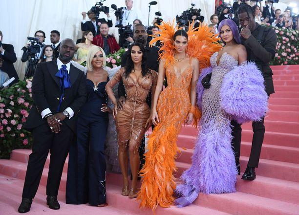 Corey Gamble, Kris Jenner, Kanye West, Kim Kardashian, Kendall Jenner, Kylie Jenner ja Travis Scott Met-gaalassa.