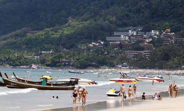 Suositulla Patong Beachilla ei saa enää tupakoida. Nyt Thaimaassa pohditaan kiellon laajentamista myös turistiveneisiin ja lautoille.