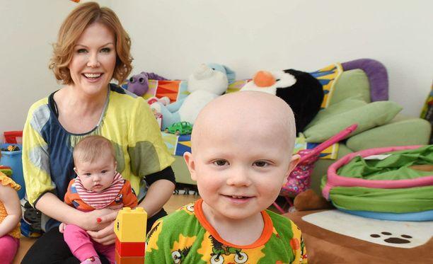 Ben Kiiski on yksi 400:sta Suomessa vuosittain syöpään sairastuvista lapsista. Hän on parantunut harvinaisesta imukudossyövästään. Kuvassa myös äiti Sanna Kiiski.