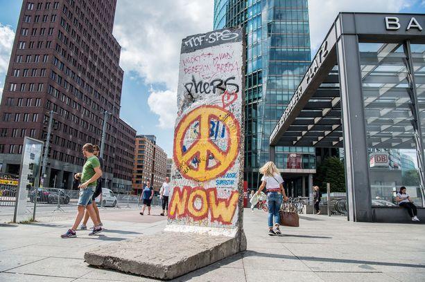 Pala kaadettua Berliinin muuria Potsdamer Plazin kupeessa.