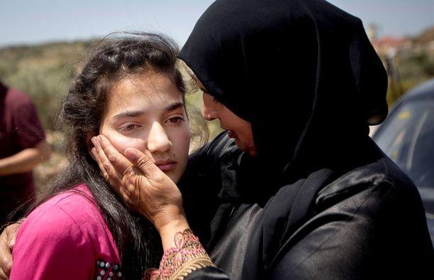 Sabha al-Wawi syleili tytärtään Jabaran tarkastuspisteellä Länsirannalla heti vapautumisen jälkeen.