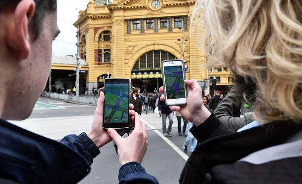 Opiskelijat pelaavat Pokemon GO:ta älypuhelimilla Australian Melbournessa.