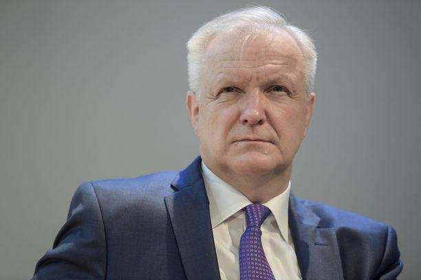 Suomen Pankin pääjohtajana heinäkuussa aloittanut Olli Rehn puolustaa tasavallan presidentti Sauli Niinistöä. Rehn toimi Sipilän hallituksessa elinkeinoministerinä ennen Suomen Pankkiin siirtymistä.