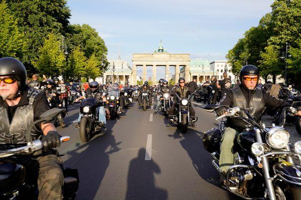 Ennen lähtöään Syyriaan Derya seurusteli saksalaisen moottoripyöräkerho Hells Angelsin pomon kanssa. Kuvassa moottoripyöräjengiläiset osoittavat mieltään 2017 voimaan tullutta kieltoa vastaan, jonka mukaan he eivät saa käyttää liivejään julkisesti.