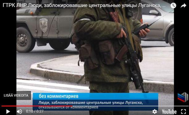 Ukrainalaismedian mukaan niin sanotussa Luhanskin kansantasavallassa hallintorakennusta piirittäneillä tunnuksettomilla sotilailla oli samanlaiset valkoiset nauhat kuin venäläisjoukoilla kesällä 2014 Donestskissa.