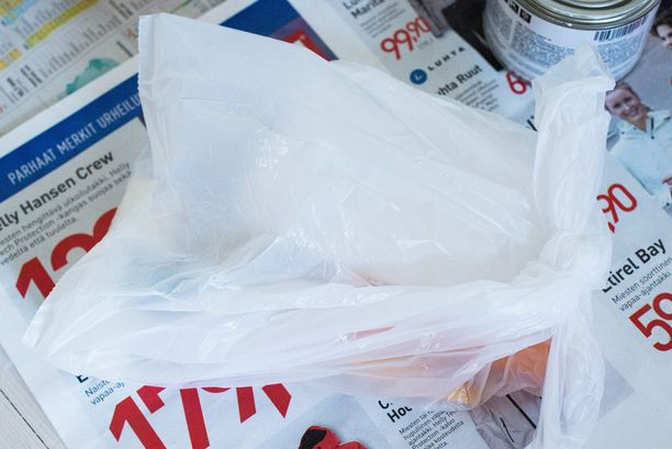 Maalausvälineitä ei tarvitse välillä pestä. Laita välineet muovipussiin odottamaan toista maalauskerrosta.