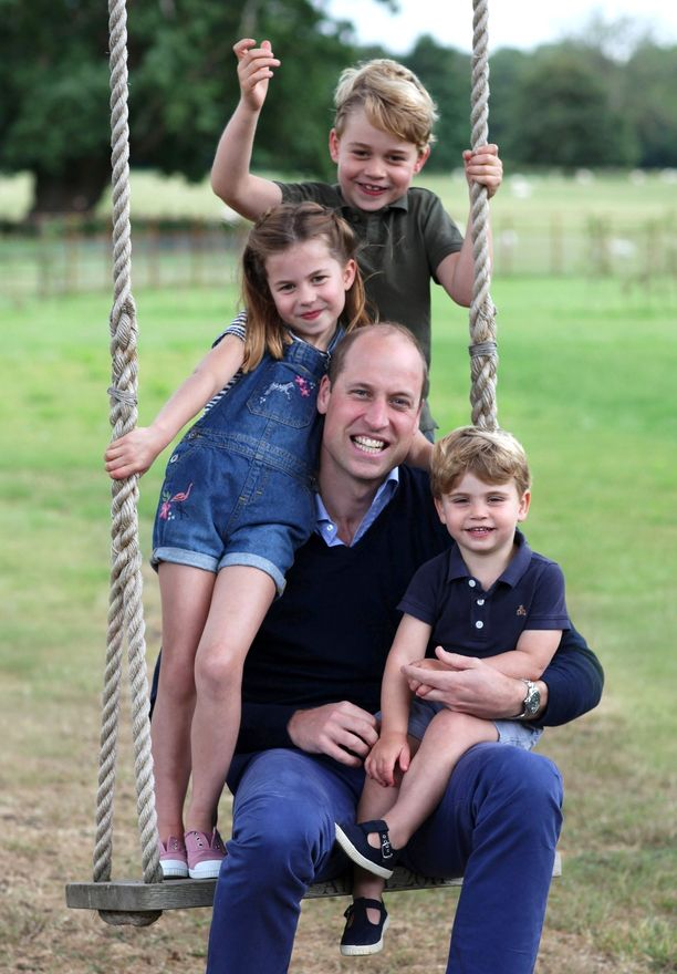 Prinssi George, prinsessa Charlotte ja prinssi Louis poseerasivat isänsä kanssa prinssi Williamin 38-vuotissyntymäpäivän kunniaksi hiljattain.