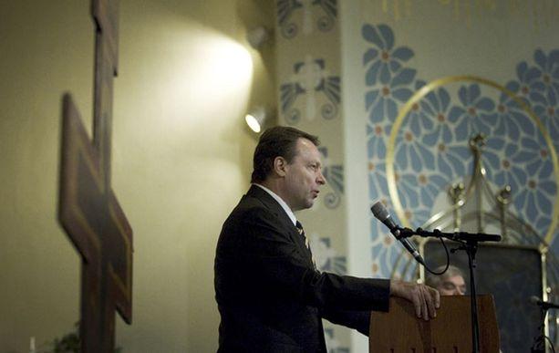 Ulkoministeri Ilkka Kanerva ei osallistunut ristin kantoon.