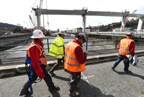 Genovan uutta siltaa rakentavia rakennusmiehiä tiistaina työmaalla.