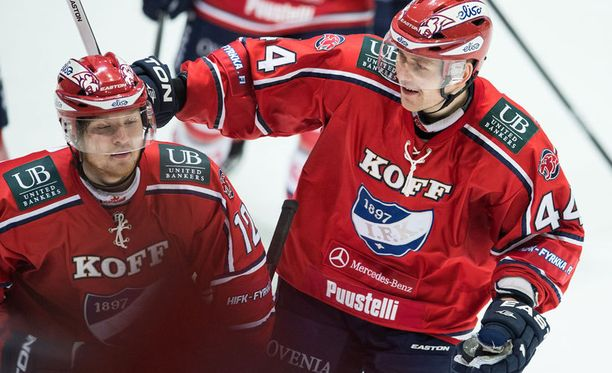 Miro-Pekka Saarelainen (vas.) sai uransa ensimmäisestä liigamaalista onnittelut Otto Honkaheimolta, joka syötti maalin ja poimi hänelle myös kiekon talteen.