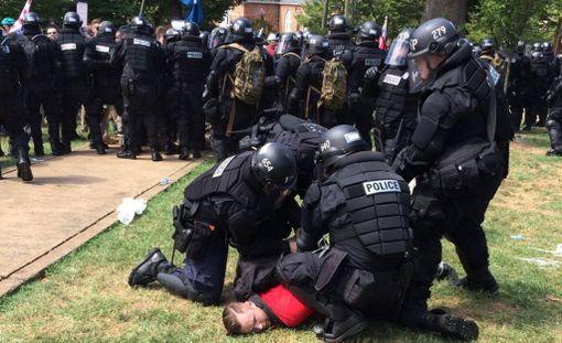 Mellakkapoliisi pidätti äärioikeistolaisia mielenosoittajia Emancipation-puistossa lauantaina.