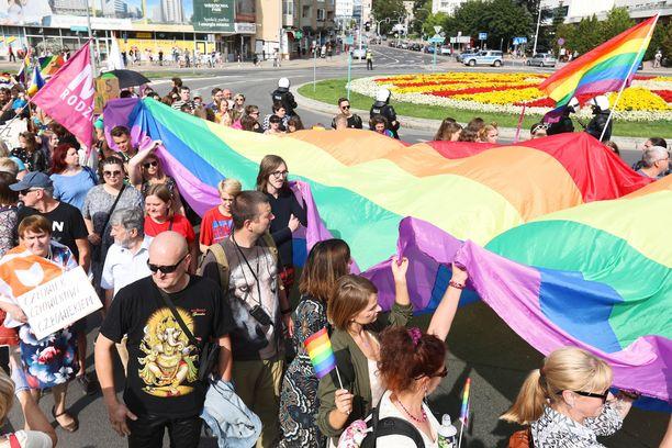 EU katsoo Puolan ja Unkarin syrjineen seksuaalivähemmistöjä. Kuva Puolan Bialystokin kaupungissa järjestetystä seksuaalivähemmistöjen tukimielenosoituksesta.