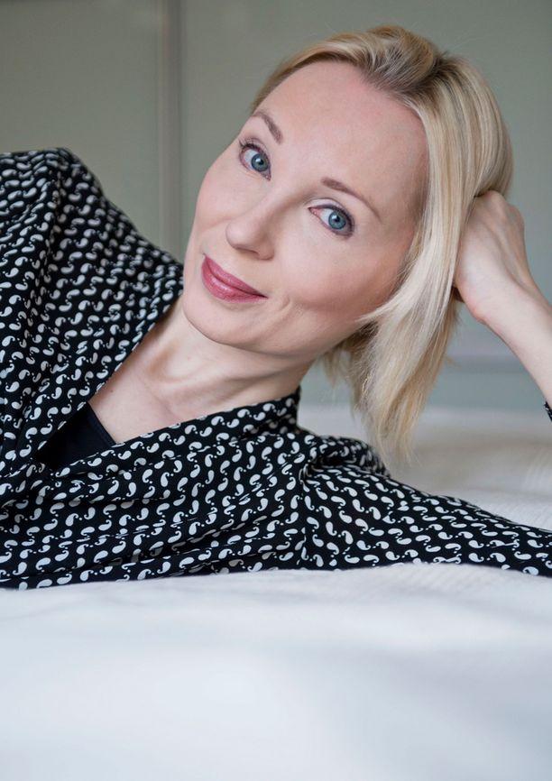 Kirjailija Suvi Vaarla on oppinut elämään unettomuuden kanssa. — Se on tosi pitkä tie. Otin etäisyyttä kaikkeen. Minulla auttoi myös, että siirryin freelancer-elämään, viestinnän suunnittelijana työskennellyt Vaarla sanoo.