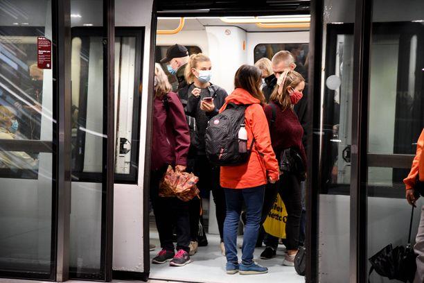 Mahdollisia altistumisia jää selvittämättä, sillä ihmiset eivät osaa nimetä, kenen lähellä ovat olleet joukkoliikenteessä. Kuva Kööpenhaminasta.