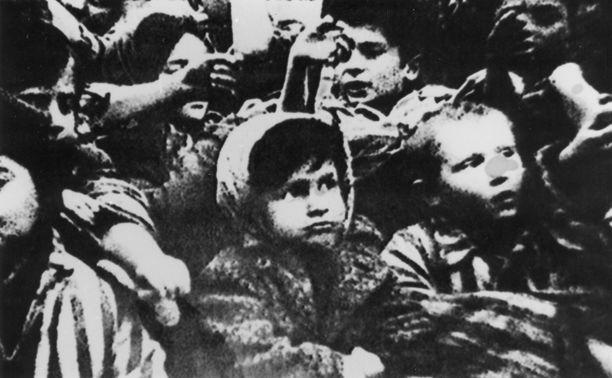 Auschwitzista vapautetut lapset näyttivät käsiinsä tatuoituja numeroita tammikuussa 1945.