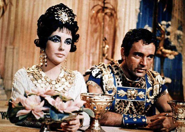 Elokuvassa Kleopatraa ja Antoniusta esittivät Elizabeth Taylor ja Richard Burton, näyttelijäpariskunta jonka oma rakkaustarina oli varsin myrskyisä.