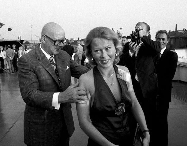 Kekkonen piti kauniista naisista. Kuvassa hän on ETY-kokouksen päättyessä vuonna 1975 jäänmurtaja Urhon kannella, jossa hän tarkastelee kättelemäänsä naista varsin perusteellisen oloisesti.