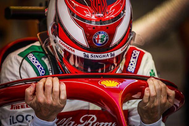 Kimi Räikkönen keskittyy F1-auton ratissa vain oleelliseen.