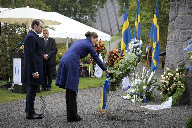 Kruununprinsessa Victoria ja hänen puolisonsa Daniel laskivat muistoseppeleen Estonian uhrien muistomerkille viime vuoden syyskuussa, kun turmasta oli kulunut 25 vuotta.