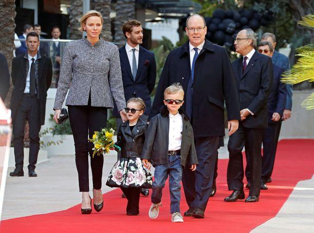 Prinsessa Charlene, prinssi Albert ja kaksoset Gabriella ja Jacques edustivat tyylikkäinä punaisella matolla.