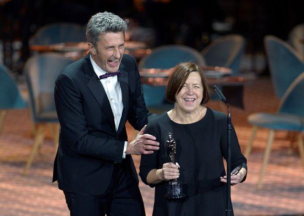 Puolalainen ohjaaja Pawel Pawlikowski (vas.) oli yhtä hymyä noutaessaan parhaan elokuvan palkinnon yhdessä tuottaja Ewa Puszczynskan kanssa European Film Awardseissa Sevillassa 15.12.2018. Ohjaaja omisti gaalassa Cold War -elokuvalleen osoitetun ensimmäisen palkinnon vanhemmilleen.