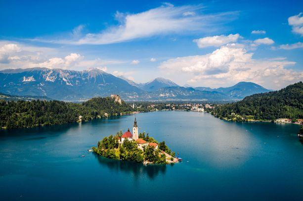 Slovenian kauniin Bled-järven saarella on kirkko.