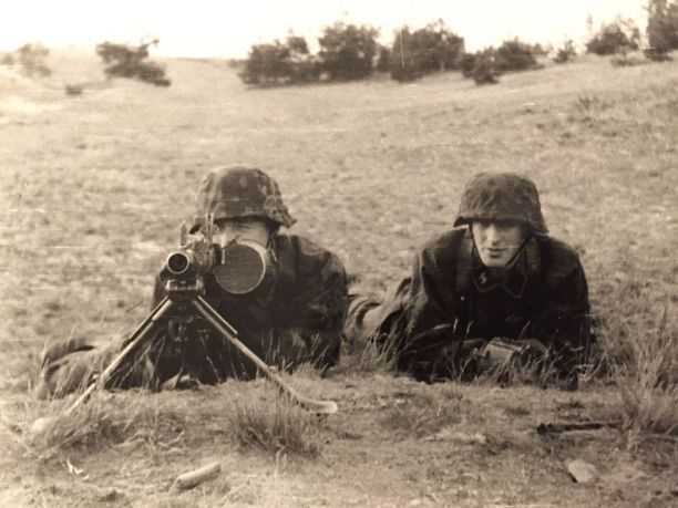 Suomalaiset SS-vapaaehtoiset harjoittelemassa Gross-Bornissa.