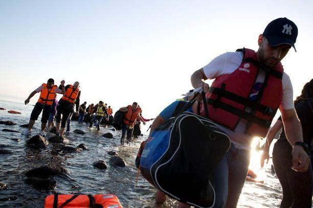 Syyrialaispakolaisia rantautui sunnuntaina Kreikkaan kuuluvalle Lesboksen saarelle heidän ylitettyään Egeanmeren Turkista kumiveneellä.