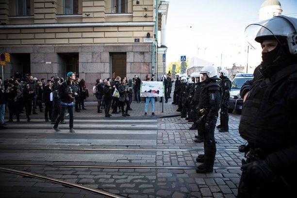 Lopulta poliisi sai saarrettua Valtioneuvoston linnaa kohti suunnanneet mielenosoittajat Fabianinkadun, Yliopistokadun ja Aleksanterinkadun välimaastoon. Tähän Senaatintorin reunalle mielenosoittajien matka tyssäsi.
