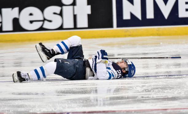 Vadim Shipatshjov taklasi törkeästi Pekka Jormakkaa (kuvassa) viime vuoden MM-kisoissa. Nyt Shipatshjov kaipaa Leo Komaroville pelikieltoa taklauksesta, joka johti kyseenalaiseen ulosajoon.